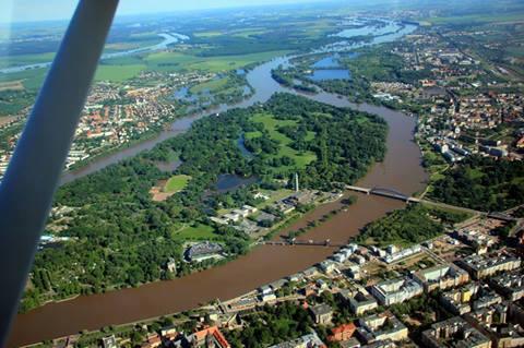 Ganz vorn: Stromelbe, links: alte Elbe,  ganz links oben: Umflutkanal